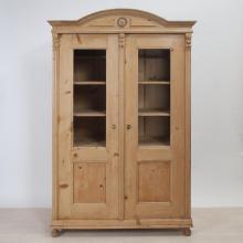 vitrinenschrank-mit-krone-louis-phillipe-fichte-vi-3812